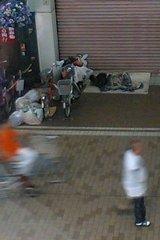 シャッター前で眠るホームレス